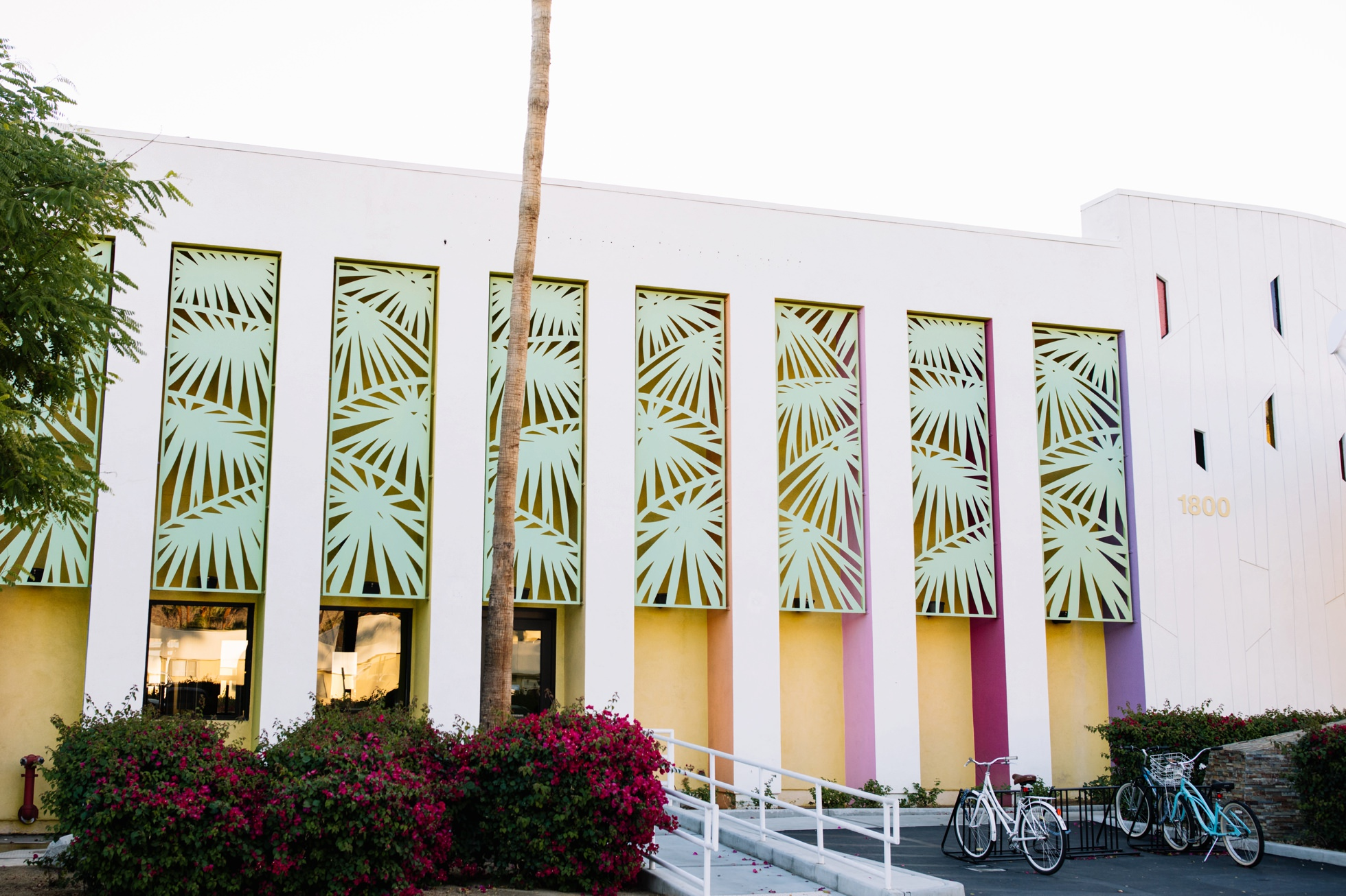 0046-saguaro-hotel-palm-springs-colorful-lodging-ca